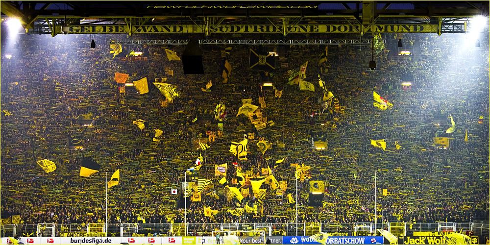 Ansammlung von Anhängern einer Schwarz-Gelb gekleideten Bundesligamannschaft