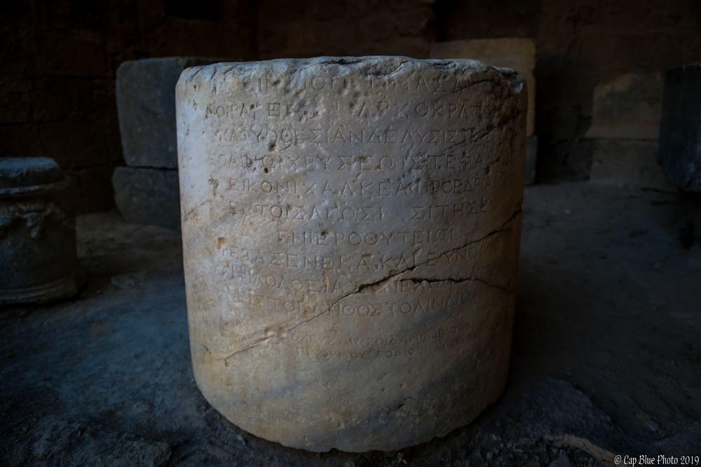 Antike griechische Säule mit Schriftzeichen