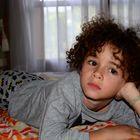 Antoine cool devant la télé....