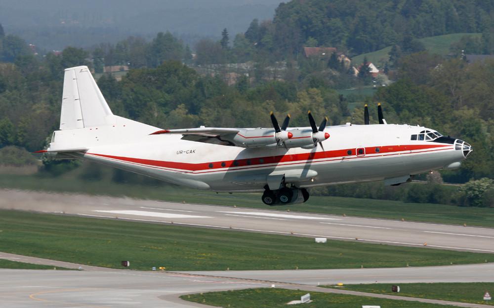 Antonov-12 über der 10