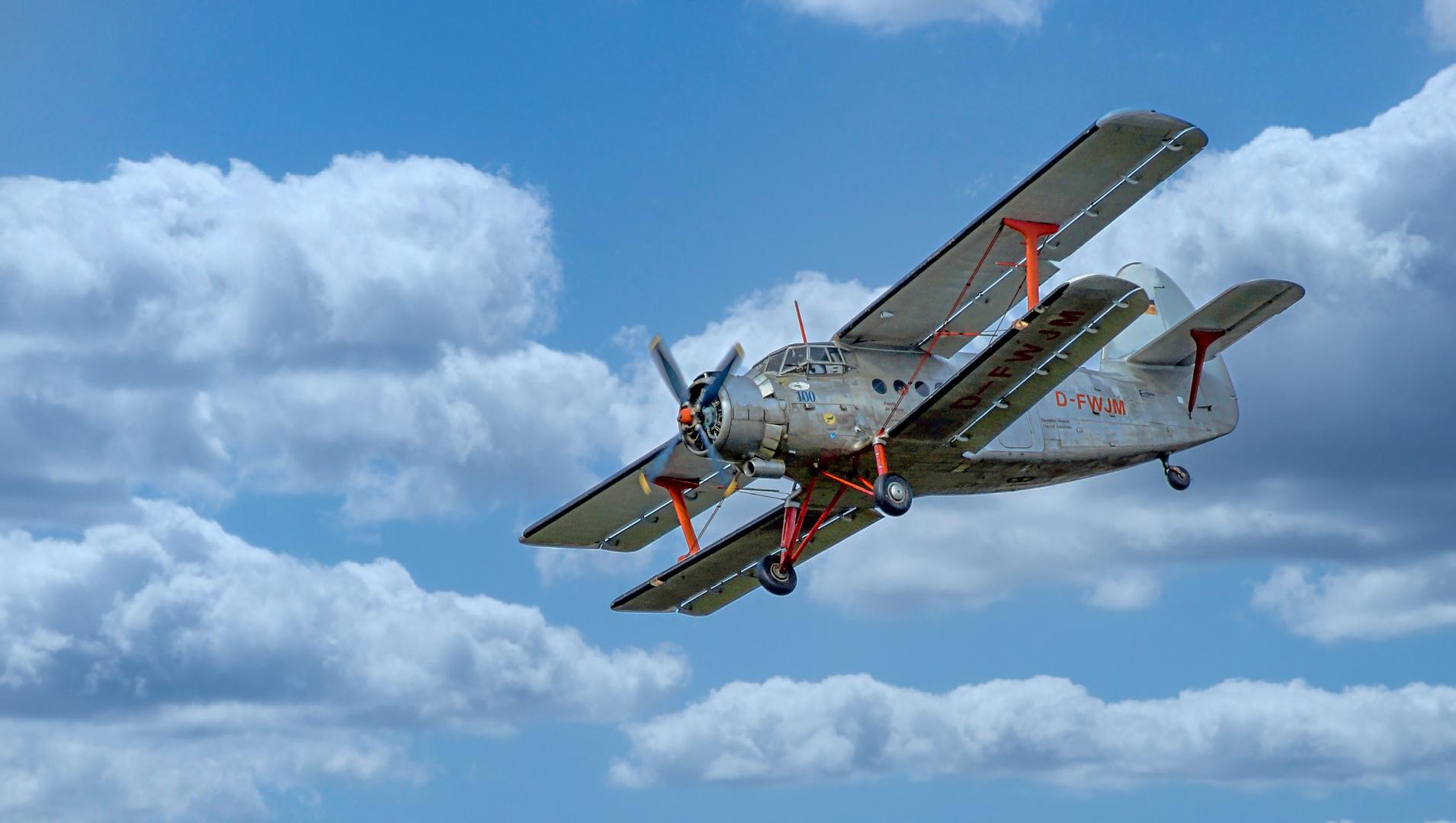 Antonov AN-2 im Landeanflug