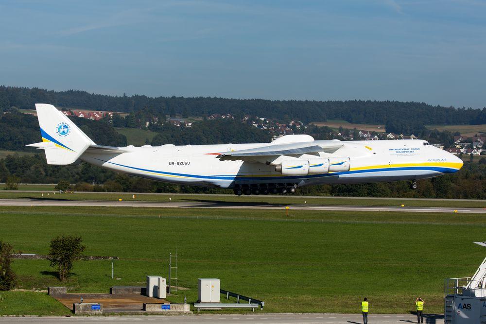Antonov An-225 bei Landung in ZRH auf Piste 16