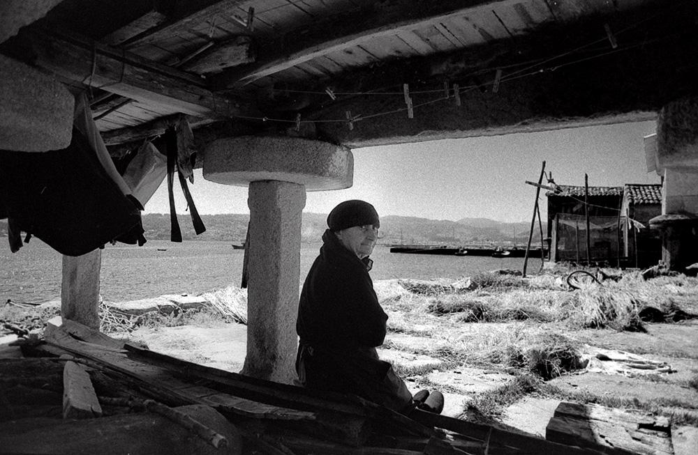 Año 1.972- Bajo la sombra del hórreo