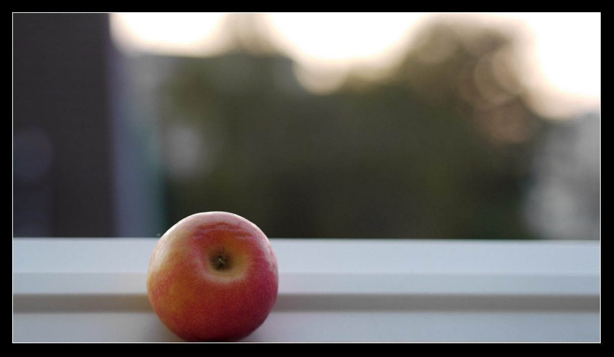 Apfel am Fenster