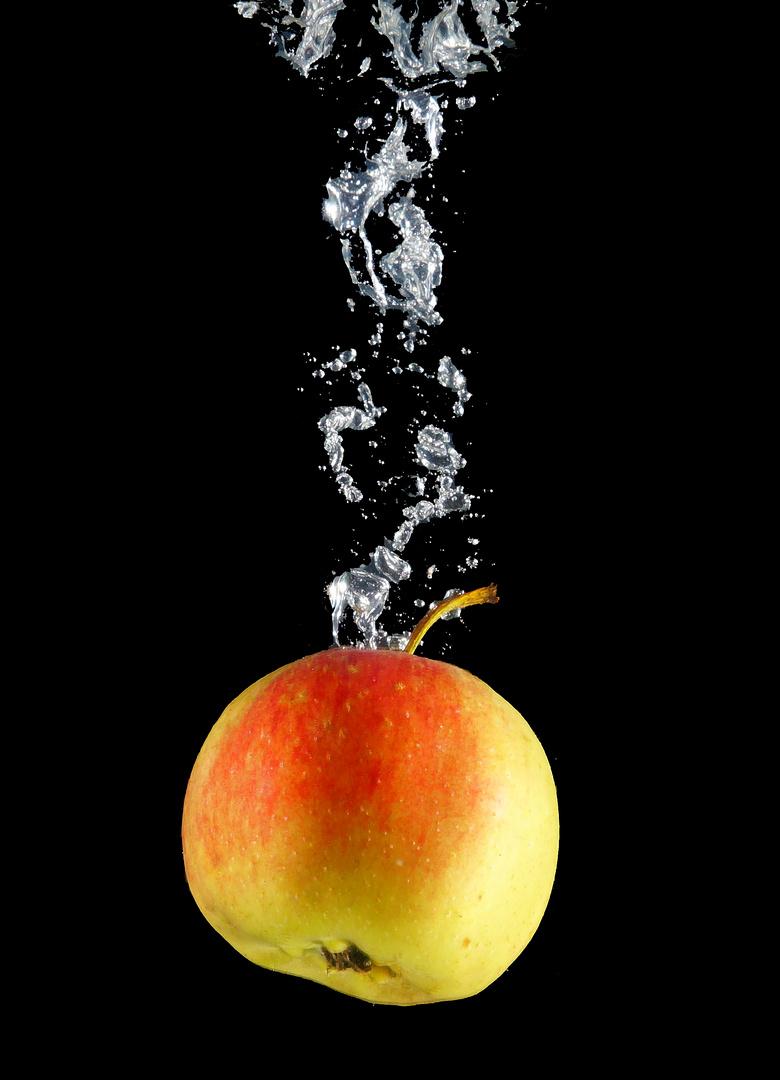 Apfel im Wasser 4