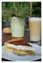 Apfel-Schmand-Kuchen und einen Latte Macchiato