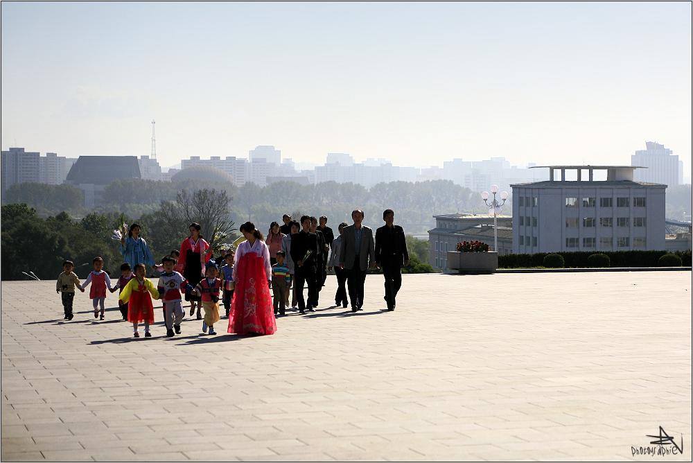 """"""" Approchant la statue de Kim-Il Sung """""""