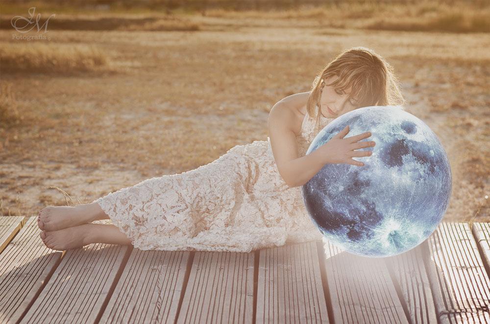 Aprende de la luna que aunque se encuentra siempre sola, nunca deja de brillar