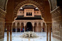Arabeske Ornamentik und Löwenbrunnen im Innenhof der Alhambra