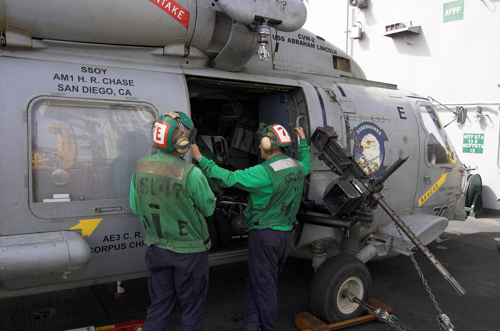 Arbeiten an einer SH-60B Sea Hawk
