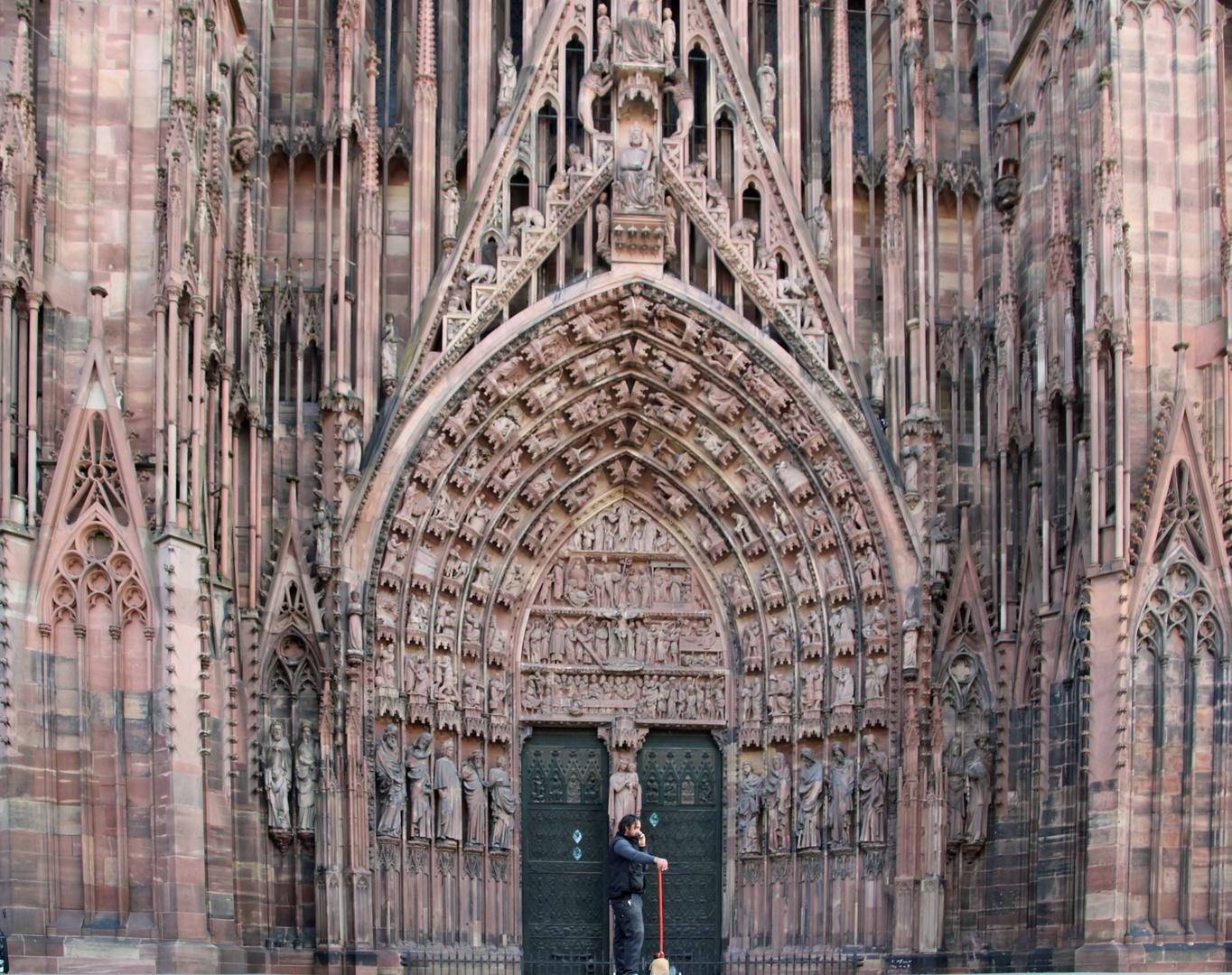 Arbeiterdenkmal vor der Notre Dame von Strasbourg