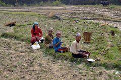 Arbeitspause im Dorf Bungkot bei Gorkha