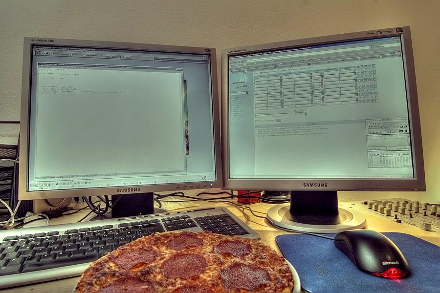 arbeitsplatz mit pizza