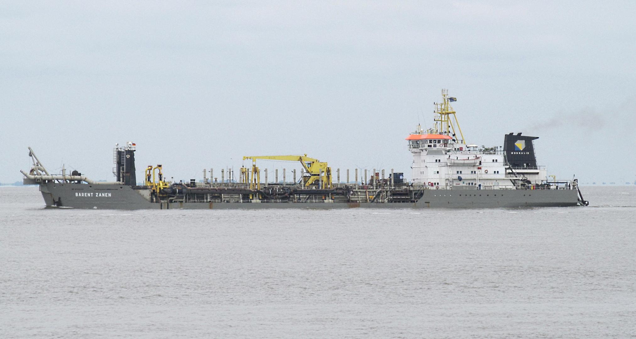 Arbeitsschiff vor dem Hafen Cuxhaven