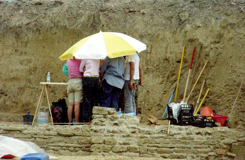 Archeologi sotto la pioggia