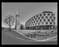 Architekturen gegenüber. Bollwerksturm / Hotel Mercure Heilbronn 1