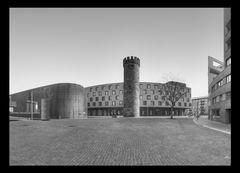 Architekturen gegenüber. Bollwerksturm / Hotel Mercure Heilbronn 2