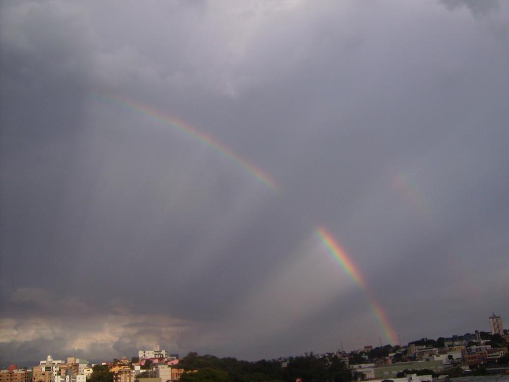 Arco-íris entrecortado por raios solares.