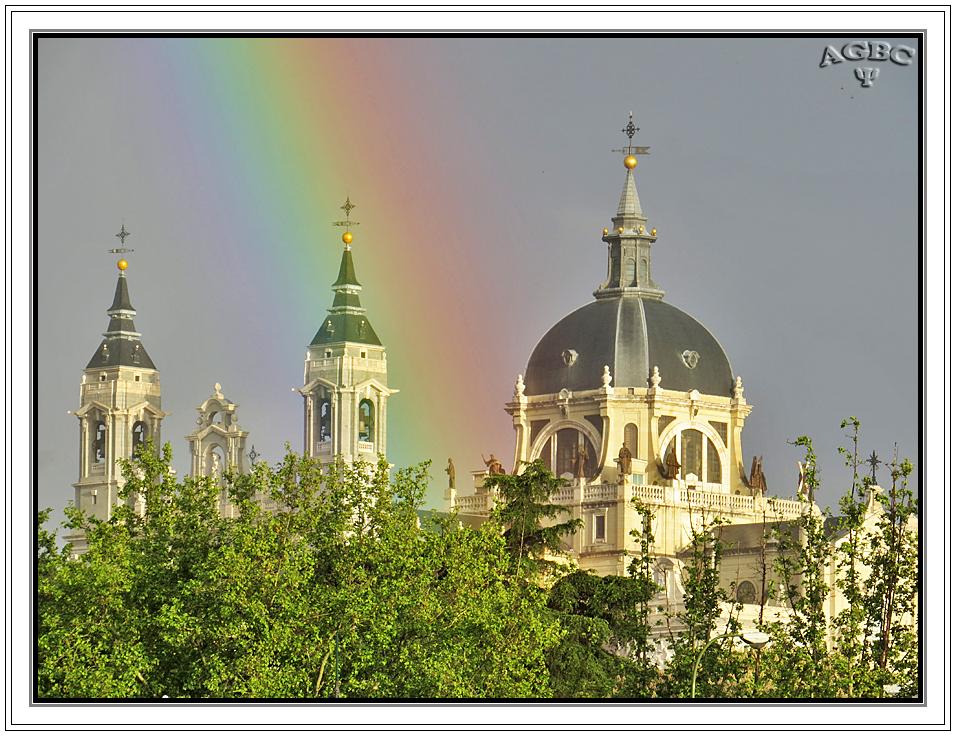 Arcoiris sobre la Almudena de Madrid