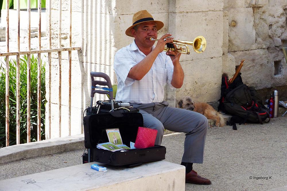 Arles - Musikant vor dem römischen Theater