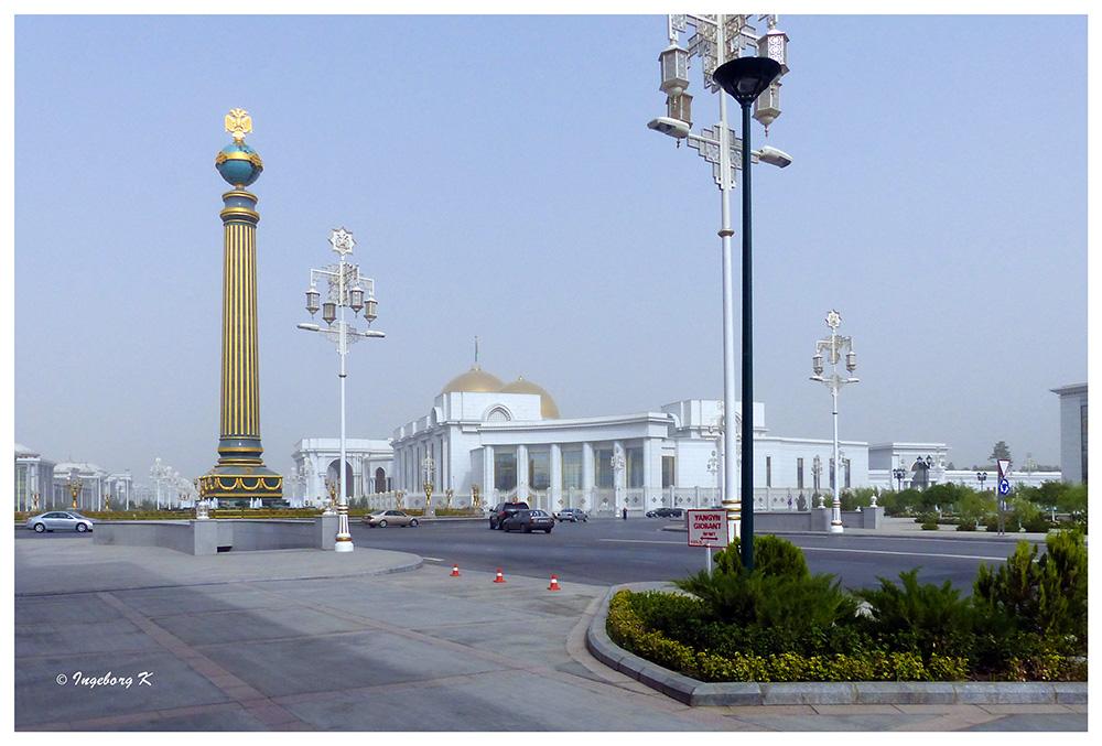 Aschgabat - Platz mit Regierungsgebäuden
