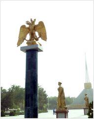 Aschgabat - Platz mit Säule und Adler - was hier wie Gold glänzt, ist reines Blattgold