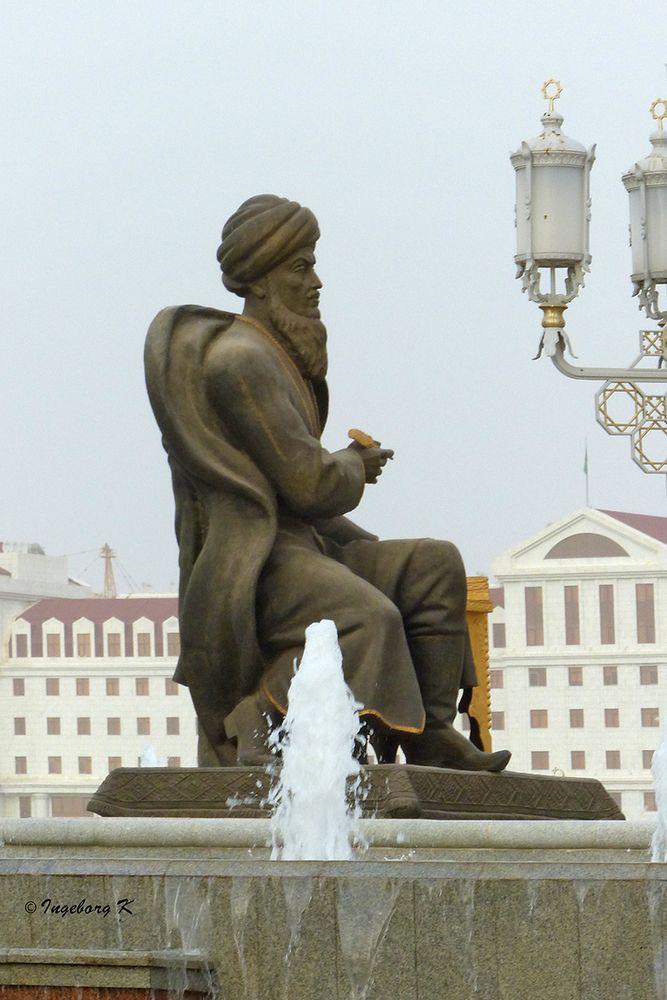 Aschgabat - Statue-am-Palast