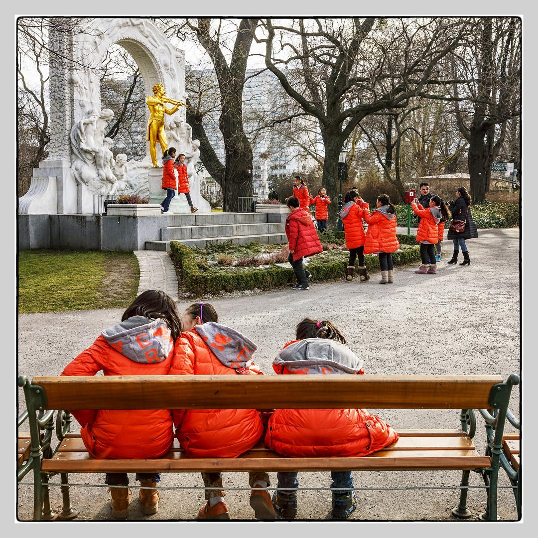 Asiatische Nachwuchsmusiker beim Johann Strauss Denkmal.