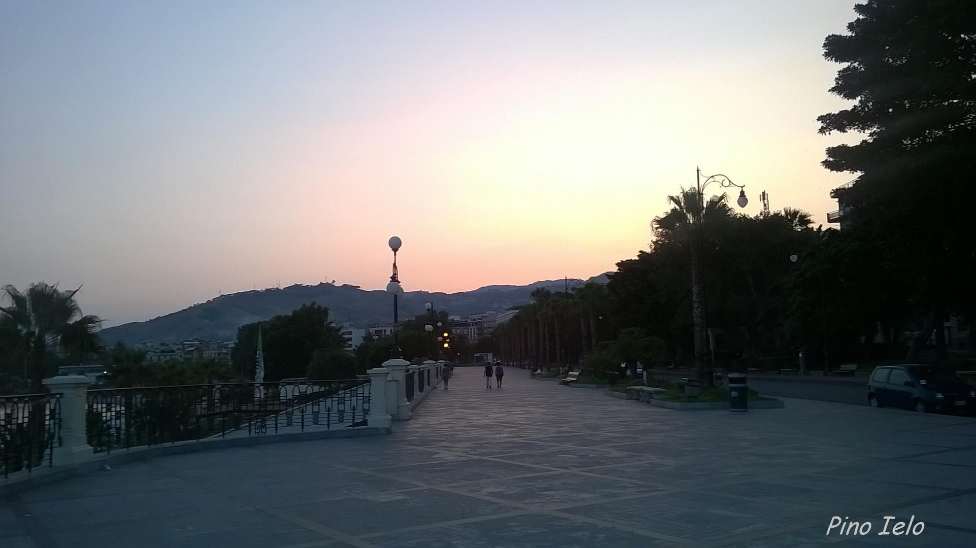 Aspettando Lalba Sul Lungomare Di Reggio Calabria Foto Immagini