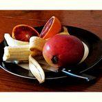 ASSIETTE DE FRUITS SUR LA TABLE