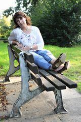Astrid auf der Parkbank 2