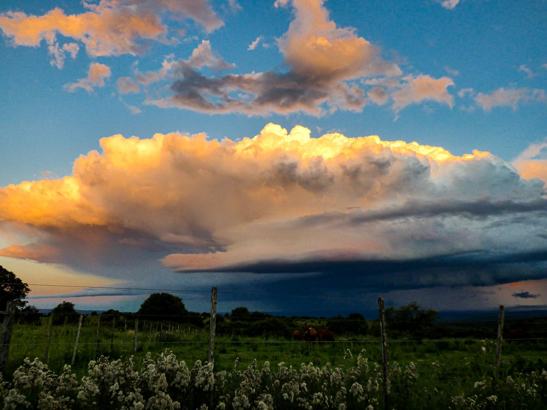 Atardecer con nube de tormenta