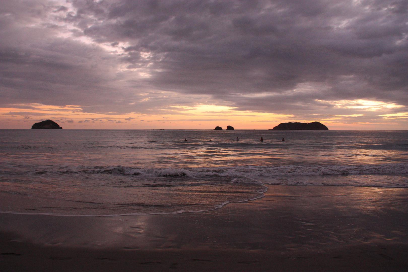Atardecer en la playa de Manuel Antonio, Costa Rica