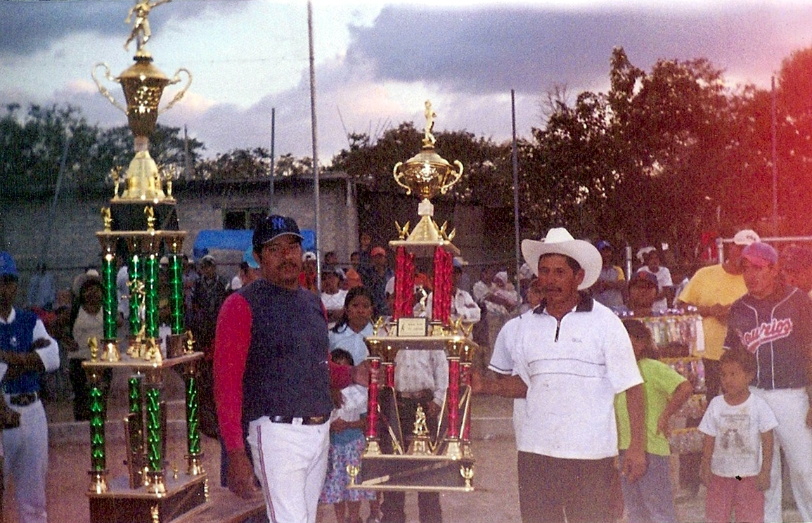 Atenayuca juega baseball