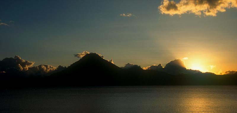 Atitlansee in der untergehenden Sonne