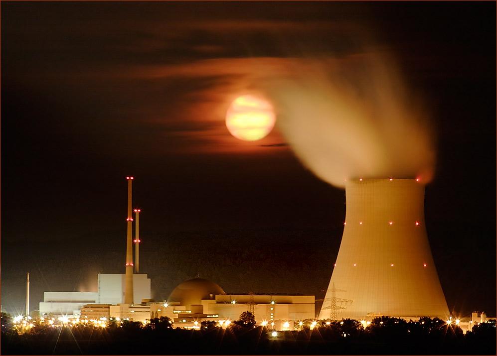 Atomkraftwerk bei Vollmond