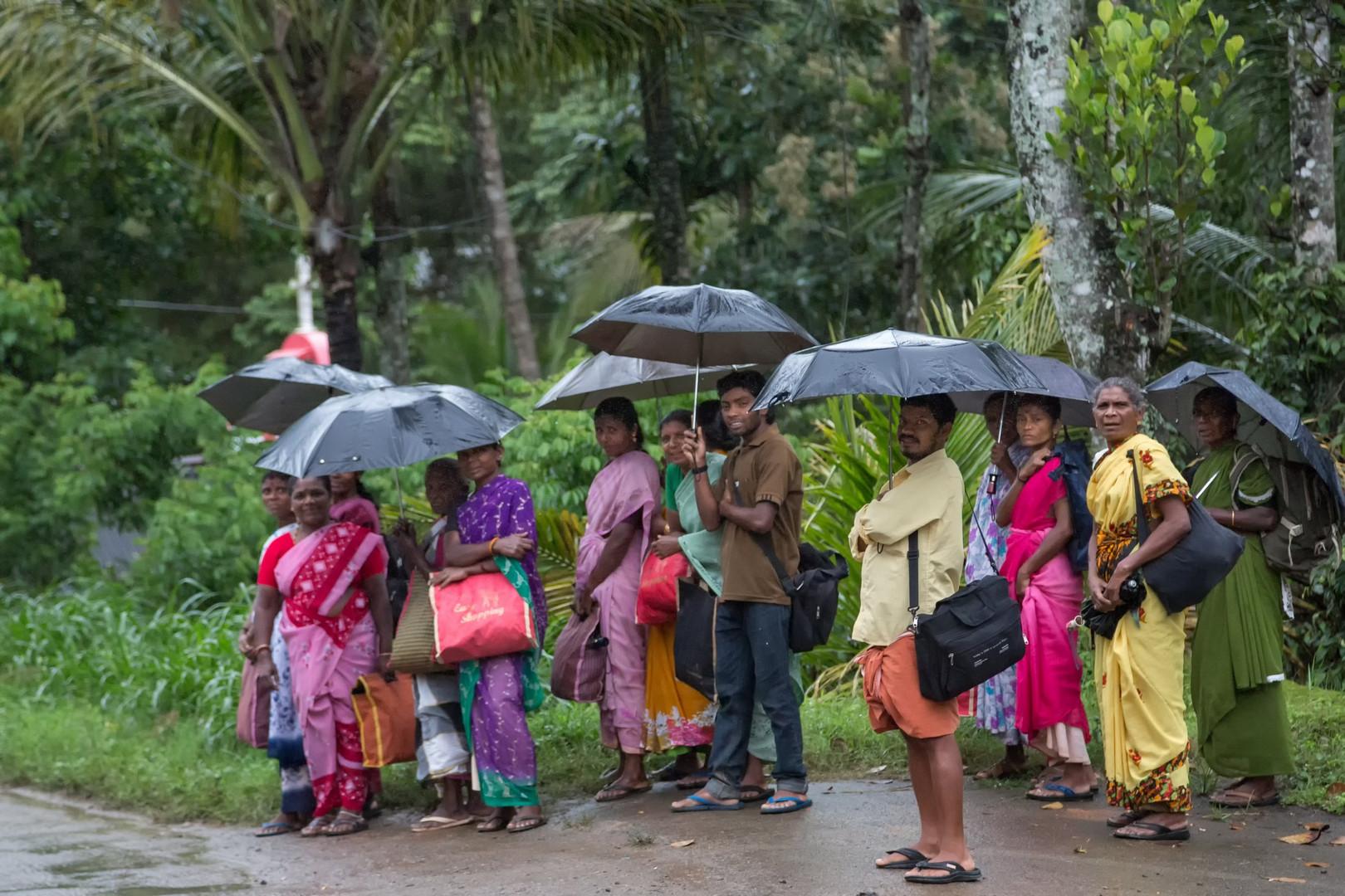 Attendre le bus sous la pluie - Contrairement à nous, les Indiens aiment la pluie !