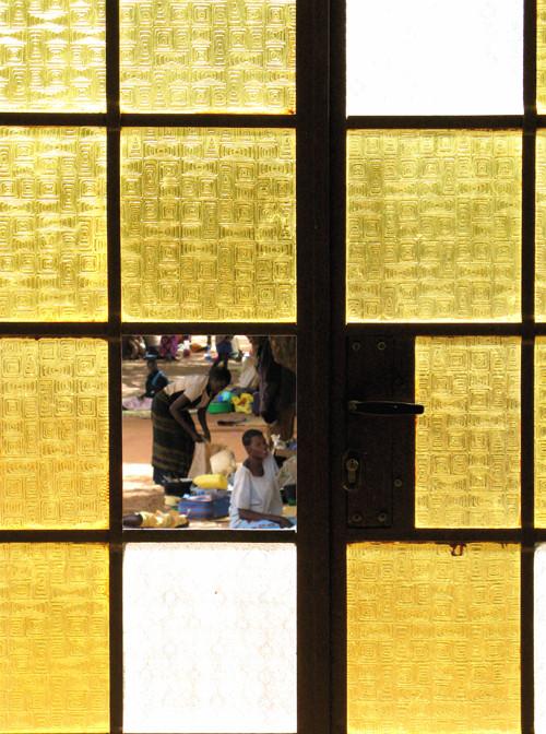 attraverso una vetrata, Lacor hospital, Nord Uganda