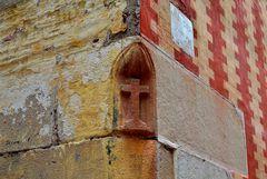 Au coin, la croix