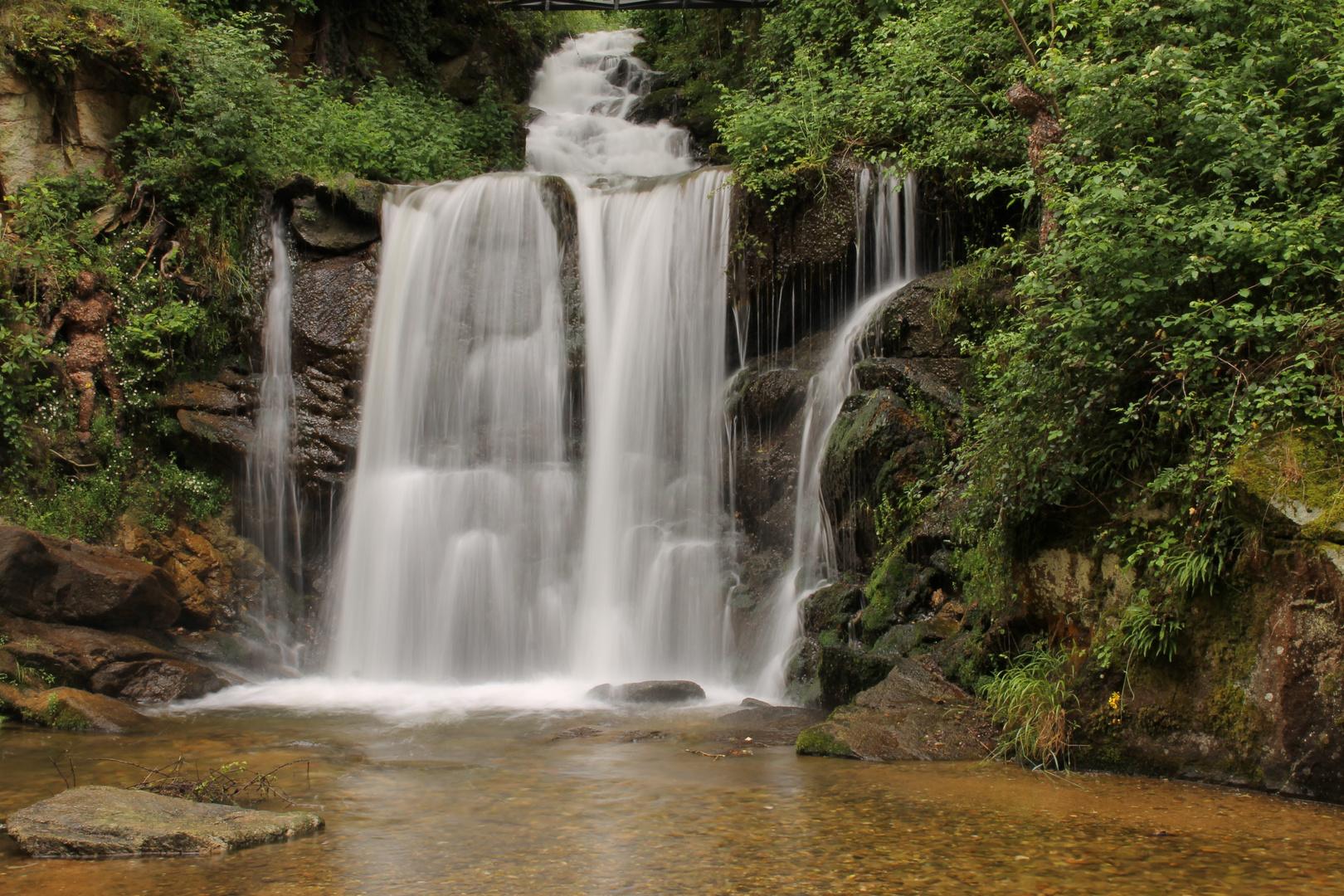 au fil de l'eau. cascade.