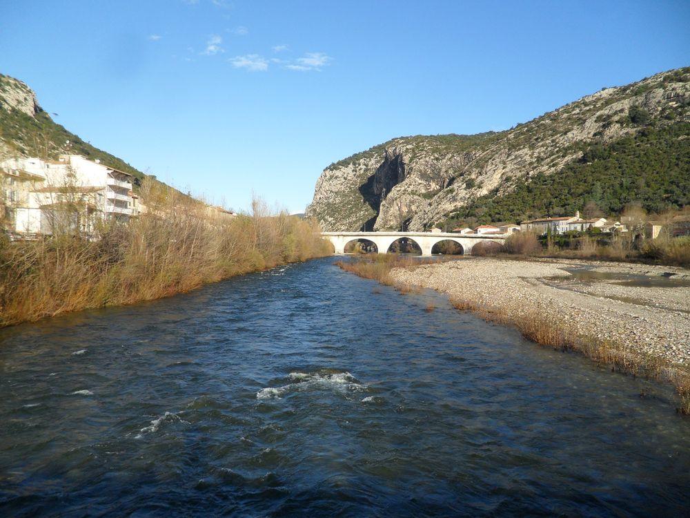 au milieu coule la rivière ....