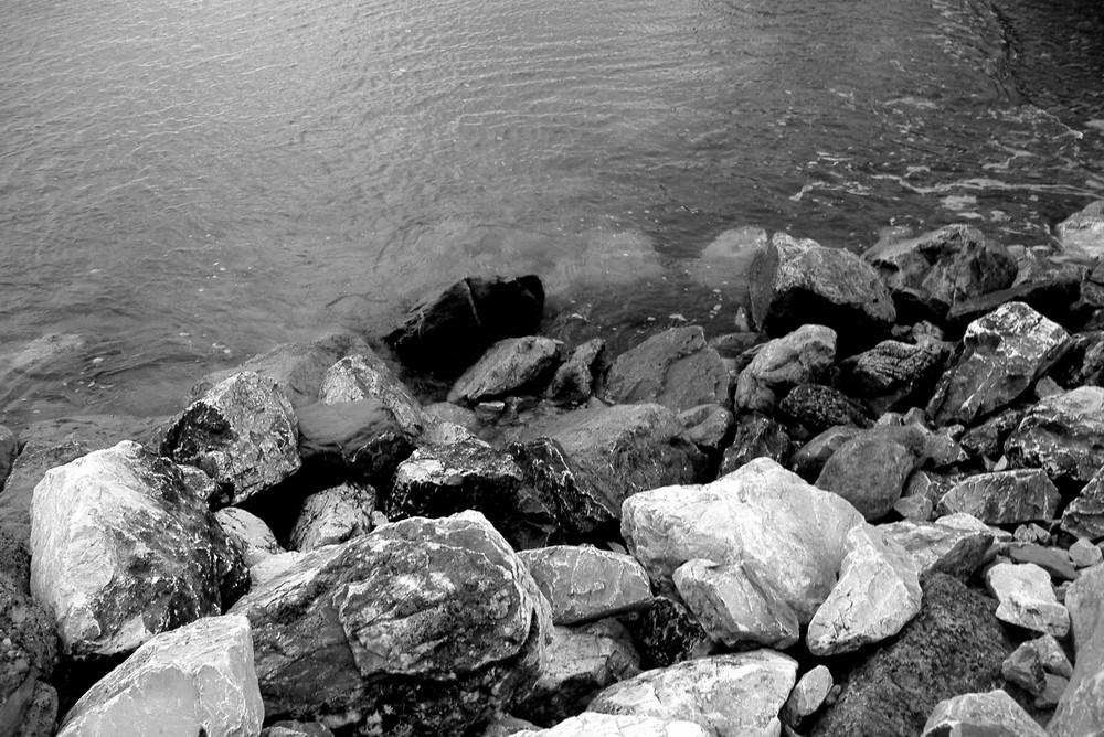 au pied des rochers
