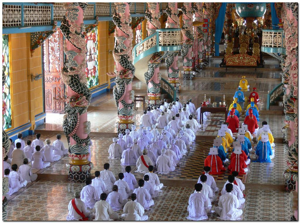 Au temple Cao Daï