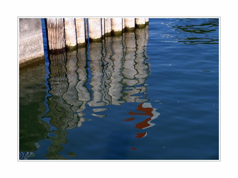 Auch bewegungslose Dinge tanzen im Spiegel des Sees.