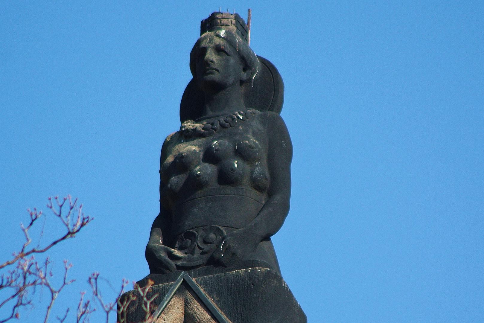 Auch diese Figur trohnt auf dem gleichen Gebäude in Jena ,auf welchem?