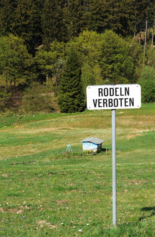 Auch im Frühling ist hier Rodeln verboten.