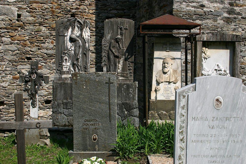 Auf dem Friedhof von Aurigeno