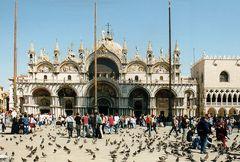 Auf dem Markusplatz in Venedig .