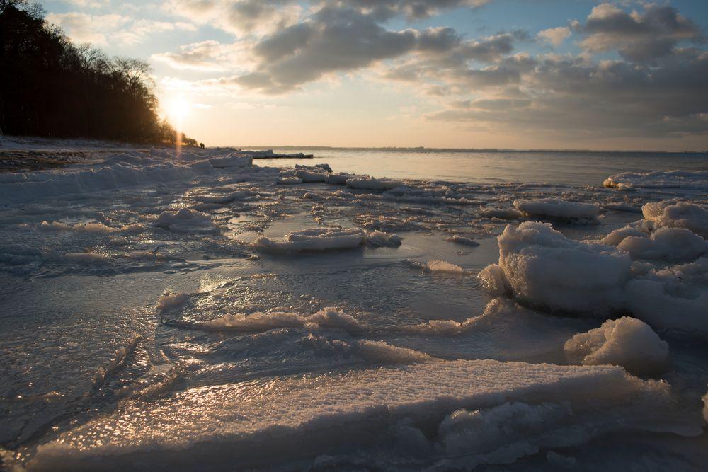 auf den Eisschollen am Strand von Loissin