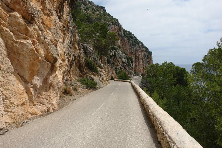 Auf der Zufahrtsstraße zur Coves d' Arta - 01